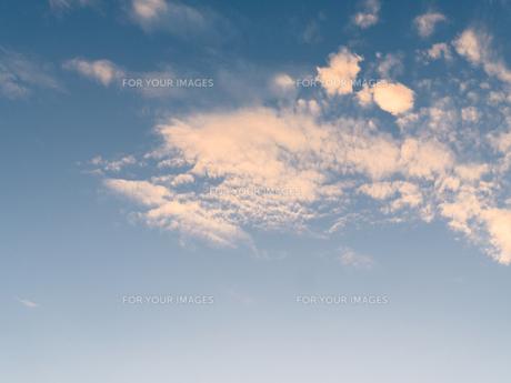 夕日に染まる雲の写真素材 [FYI00238981]