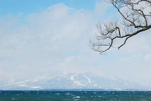 冬の猪苗代湖と磐梯山の写真素材 [FYI00239420]