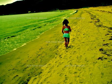 砂浜を歩く女の子の写真素材 [FYI00239565]