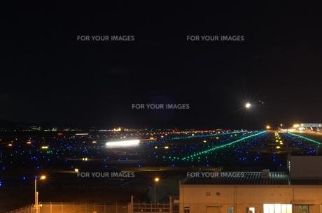 飛行場の夜景の写真素材 [FYI00239641]