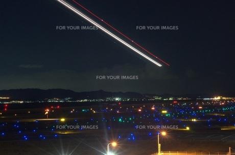 飛び立つ飛行機のライトの写真素材 [FYI00239678]