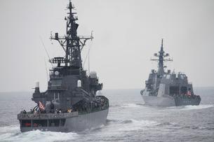 2隻の護衛艦の写真素材 [FYI00240247]