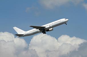 上昇する飛行機の写真素材 [FYI00240257]