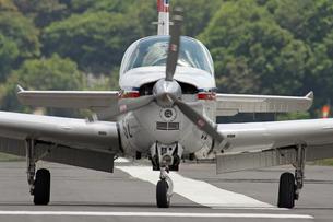 滑走する飛行機の正面の写真素材 [FYI00240258]