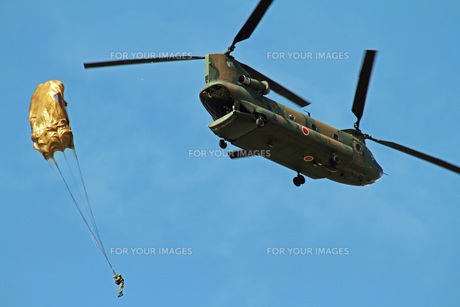 陸上自衛隊 空挺降下の写真素材 [FYI00240264]
