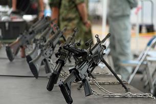 陳列された自動小銃の写真素材 [FYI00240265]