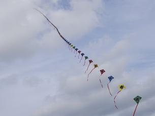 遠退いていく連凧の写真素材 [FYI00240288]