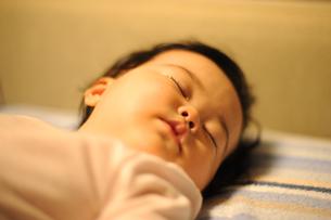 赤ちゃんの寝顔の写真素材 [FYI00240322]