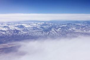 雲間から見える南米アンデス山脈の美しい景観の写真素材 [FYI00240330]