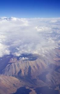 南米大陸、真夏のアンデス山脈、5000m級の山岳地帯と上空に発生した積乱雲を空撮の写真素材 [FYI00240341]
