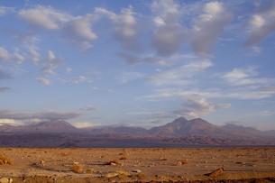 南米チリ共和国北部、アタカマ砂漠から臨む夏のアンデス山脈の雄姿の写真素材 [FYI00240343]