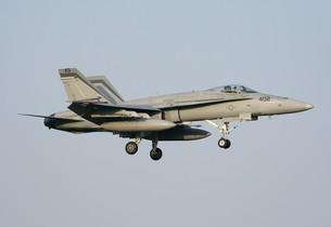 快晴の青空を背景に飛行する米海軍FA−18Cホーネット戦闘攻撃機の写真素材 [FYI00240347]