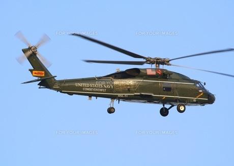 飛行中の米海軍SH−60Fオーシャンホーク要人輸送専用ヘリコプターの写真素材 [FYI00240349]