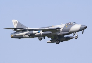 青空のもと飛行するアメリカの会社が所有する元イギリス空軍のハンター戦闘機の写真素材 [FYI00240350]