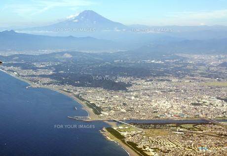 遠く夏の富士を眺む茅ヶ崎市の湘南海岸の写真素材 [FYI00240355]