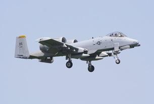 青空を背景に飛行する在韓米空軍のA−10AサンダーボルトII攻撃機の写真素材 [FYI00240356]