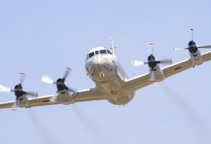 旋回飛行する海上自衛隊のP-3Cオライオン哨戒機の写真素材 [FYI00240360]
