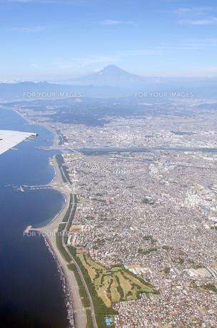 遠く夏の富士を眺む茅ヶ崎市の湘南海岸の写真素材 [FYI00240361]