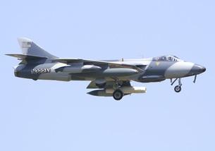 青空を背景に飛行する元イギリス空軍ハンター戦闘機の写真素材 [FYI00240362]