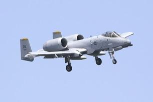 青空を背景に旋回飛行する在韓米空軍のA−10AサンダーボルトII攻撃機の写真素材 [FYI00240365]
