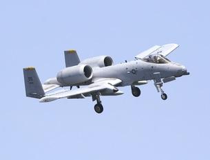 青空を背景に旋回飛行する在韓米空軍のA−10AサンダーボルトII攻撃機の写真素材 [FYI00240368]