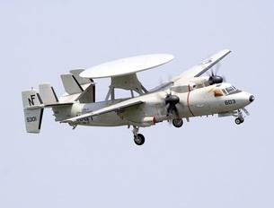 旋回飛行するアメリカ海軍空母艦載機E-2Cホークアイ早期警戒機の写真素材 [FYI00240369]