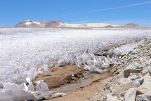 5000mを越える初夏のアンデス山脈、厳しいブリザードでスパイク状に削られた残雪の写真素材 [FYI00240371]
