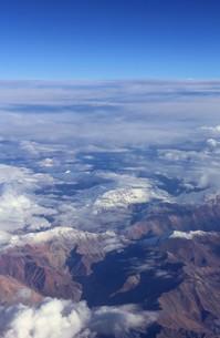 南米チリ共和国北部の夏に発生するボリビアンウインターにより、アンデス山脈を覆う積乱雲が雷雨と降雪をもたらす。の写真素材 [FYI00240372]