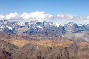 5000m級の山々が連なる晩秋のアンデス山脈の写真素材 [FYI00240373]