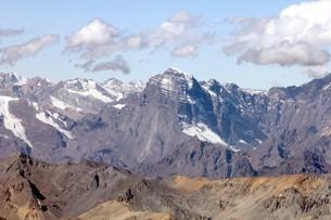 5000m級の山々が連なる晩秋のアンデス山脈の写真素材 [FYI00240374]