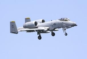 青空を背景に旋回飛行する在韓米空軍のA−10AサンダーボルトII攻撃機の写真素材 [FYI00240377]