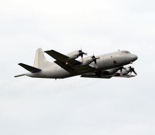 飛行するニュージーランド空軍P-3Kオライオン対潜哨戒機の写真素材 [FYI00240378]