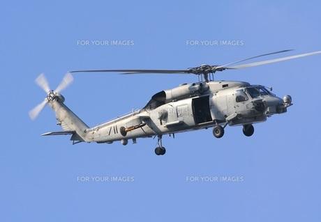 旋回飛行するアメリカ海軍艦載機SH-60Bシーホーク対潜ヘリの写真素材 [FYI00240383]