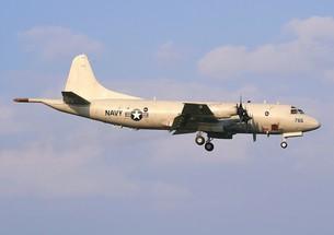 着陸する米海軍のP-3Cオライオン対潜哨戒機の写真素材 [FYI00240392]