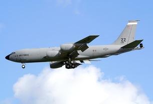 青い沖縄の夏空を飛行する米空軍のKC−135Rストラトタンカー空中給油機の写真素材 [FYI00240414]