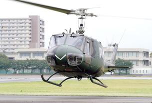 災害派遣やPKOでも活躍する陸上自衛隊のUH-1H多用途ヘリコプターの飛行の写真素材 [FYI00240431]