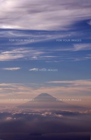 夕霧の中に浮かび上がった霊峰富士を相模湾上空から望むの写真素材 [FYI00240438]