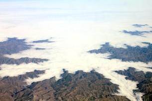 南米チリのアンデス山脈、朝霧の雲海の中から美しい自然の景観を現した山並みの写真素材 [FYI00240441]