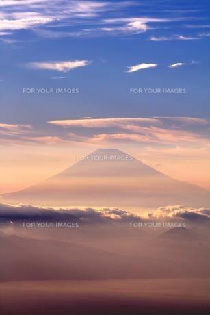 夕霧の中に浮かび上がった霊峰富士を相模湾上空から望むの写真素材 [FYI00240444]