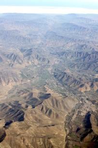 南米チリのアンデスの谷間に広がる街を上空から望むの写真素材 [FYI00240445]