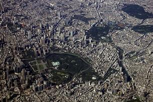 快晴の墨田区上空から一望する皇居周辺の東京都心のパノラマの写真素材 [FYI00240464]