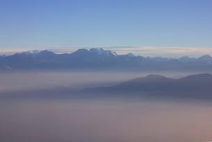 朝もやに美しい山並みを浮かべる南米アンデス山脈の峰々の写真素材 [FYI00240465]