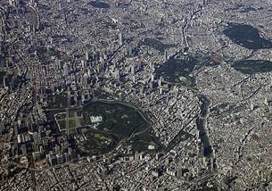 快晴の墨田区上空から一望する皇居周辺の東京都心のパノラマの写真素材 [FYI00240469]