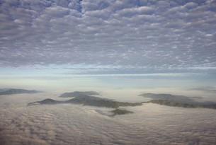 南米大陸チリ中部の首都サンチアゴ近郊の美しい山並みが朝霧に浮かぶの写真素材 [FYI00240476]