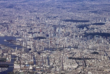 荒川河口付近の上空から隅田川河口、月島、皇居、新宿、渋谷方面の東京のパノラマを一望するの写真素材 [FYI00240477]