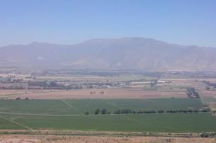 南米大陸チリの首都サンチアゴ郊外に広がる田園地帯と背景の山々の写真素材 [FYI00240481]