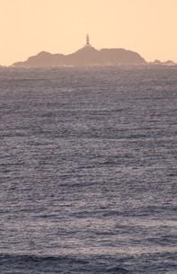 朝焼けに染まる伊豆半島下田沖の太平洋に浮かぶ小島の写真素材 [FYI00240490]