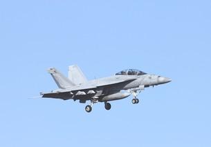 快晴の青空を飛行する米海軍の空母艦載機FA-18Fスーパーホーネット戦闘攻撃機の写真素材 [FYI00240510]