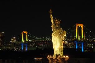 自由の女神とレインボーブリッジの写真素材 [FYI00240521]