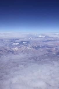 南米チリ、雲海の雲間から見える美しいアンデスの山並みの写真素材 [FYI00240530]